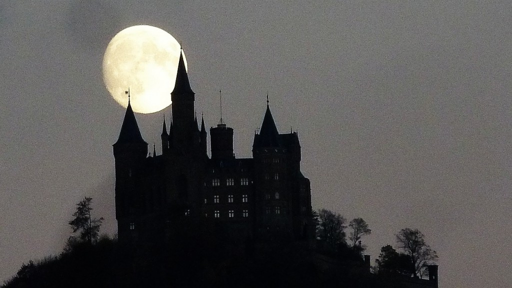 moon over castle oktober 15